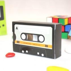 Contenant à dragées cassette walkman