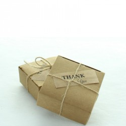 10 boites à dragées avec cordelette et étiquette, facilement personnalisables.