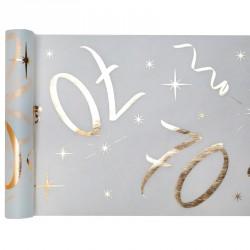 Chemin de table Anniversaire 70 ans blanc et or pour une décoration de table élégante lors de la célébration de vos 70 ans.