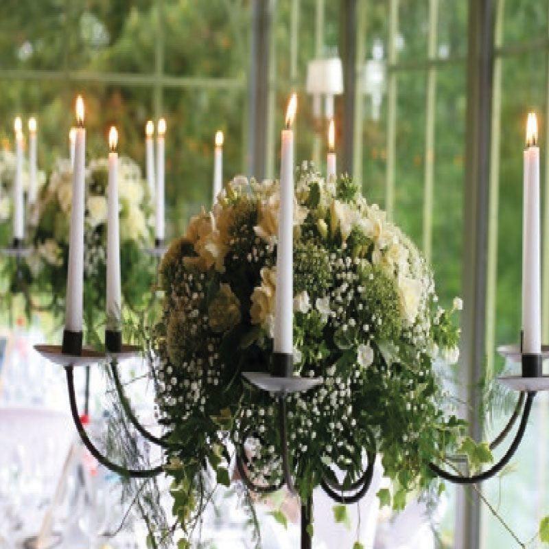 bougies chandeliers blanches pour une lumi re et une ambiancede mariage unique. Black Bedroom Furniture Sets. Home Design Ideas
